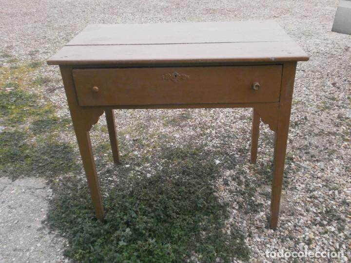 Antigua mesa cocina con cajón central madera en buen estado pintada color  marrón 97 X 57 cm. alt. 86