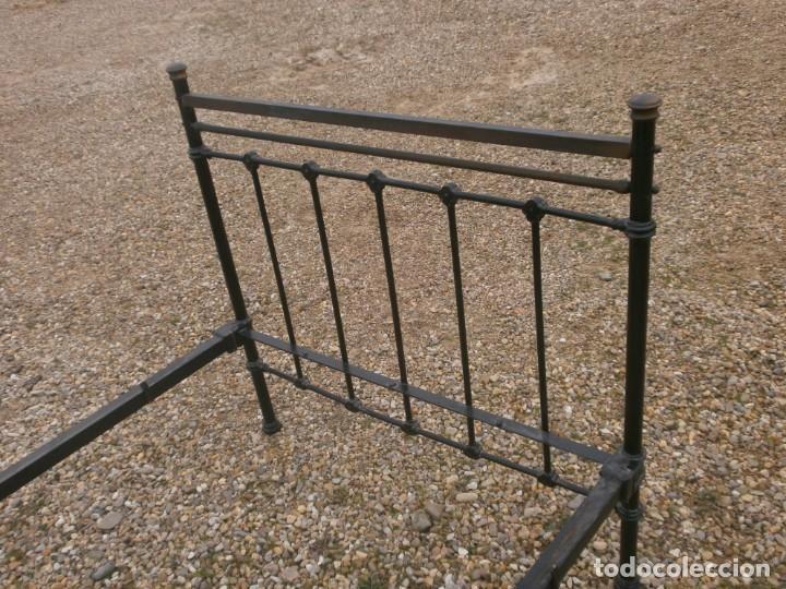Antigüedades: Cama de hierro antigua con largueros, cabecero 121 cm piecero 100 cm. ancho 107 altura largueros 37 - Foto 2 - 147473174