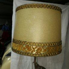 Antigüedades: LAMPARA SOBREMESA BASE DE MÁRMOL Y PIE METAL PLATEADO. Lote 147476901