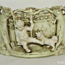 Antigüedades: BISQUE BISCUIT NIÑO Y PERRO - GERA GREINER CA 1880 - THURINGIA - 17X12X10CMS. Lote 147486614
