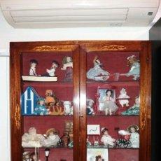 Antigüedades: VITRINA AÑO 1840, MADERA Y MARQUETERIA. Lote 147516994