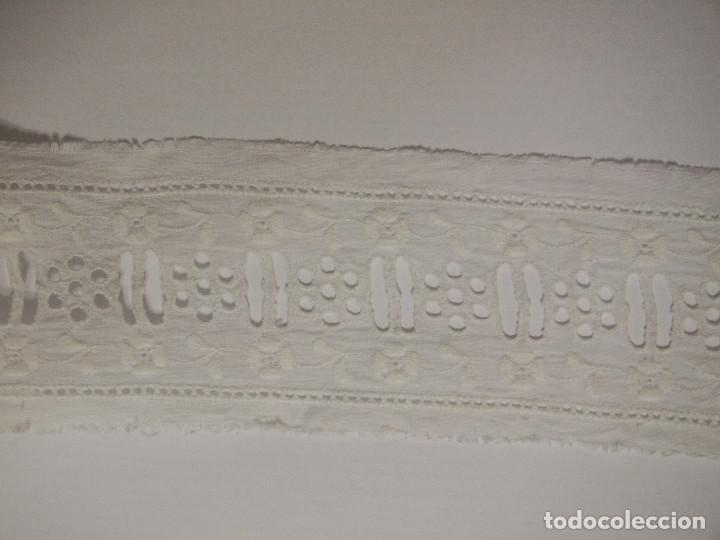 Antigüedades: ANTIGUO ENTREDOS BATISTA BORDADO CON PASACINTA, FABRICADO EN SUIZA, 7,5 METROS, 4,5 CM DE ANCHO. - Foto 2 - 147522450