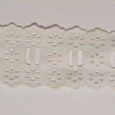 Antigüedades: ANTIGUO ENTREDOS BATISTA BORDADO CON PASACINTA, 1,9 METROS, 4 CM DE ANCHO.. Lote 147523446