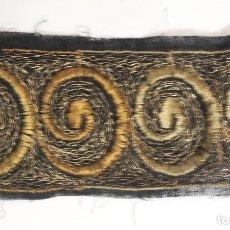 Antigüedades: ANTIGUO ENTREDOS BORDADO NEGRO Y OCRE, 3 METROS, 6 CM ANCHO. ART DECÓ. Lote 147528710
