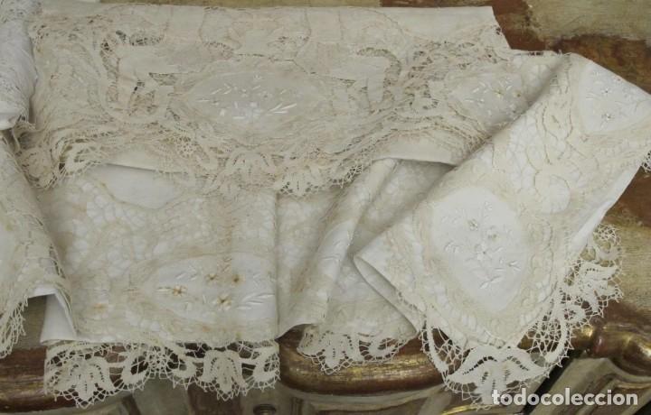 Antigüedades: IMPRESIONANTE JUEGO DE CAMA DE HILO CON APLICACIONES DE ENCAJE DE ALMAGRO. FINALES SIGLO XIX - Foto 3 - 147493390