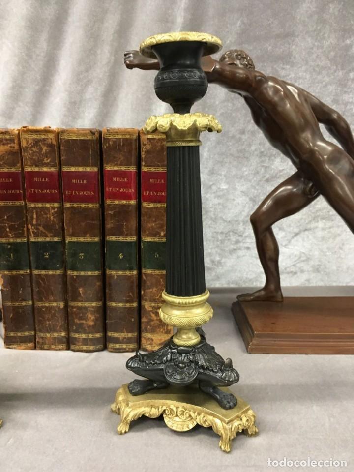 Antigüedades: Pareja de candeleros de bronce dorado y pavonado S. XIX Francia 26 cm - Foto 3 - 147549046