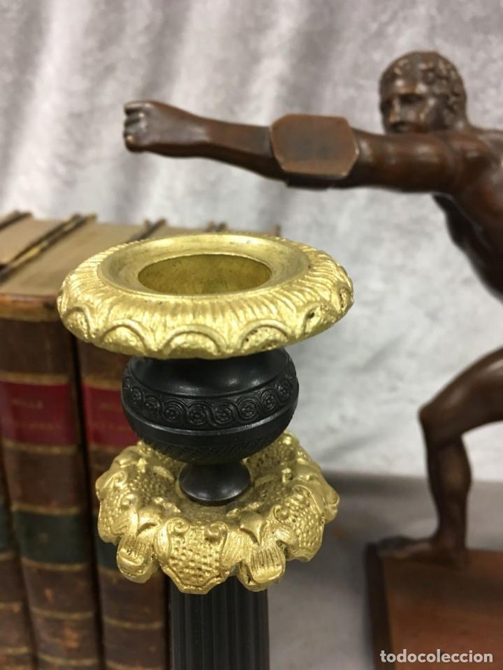 Antigüedades: Pareja de candeleros de bronce dorado y pavonado S. XIX Francia 26 cm - Foto 7 - 147549046