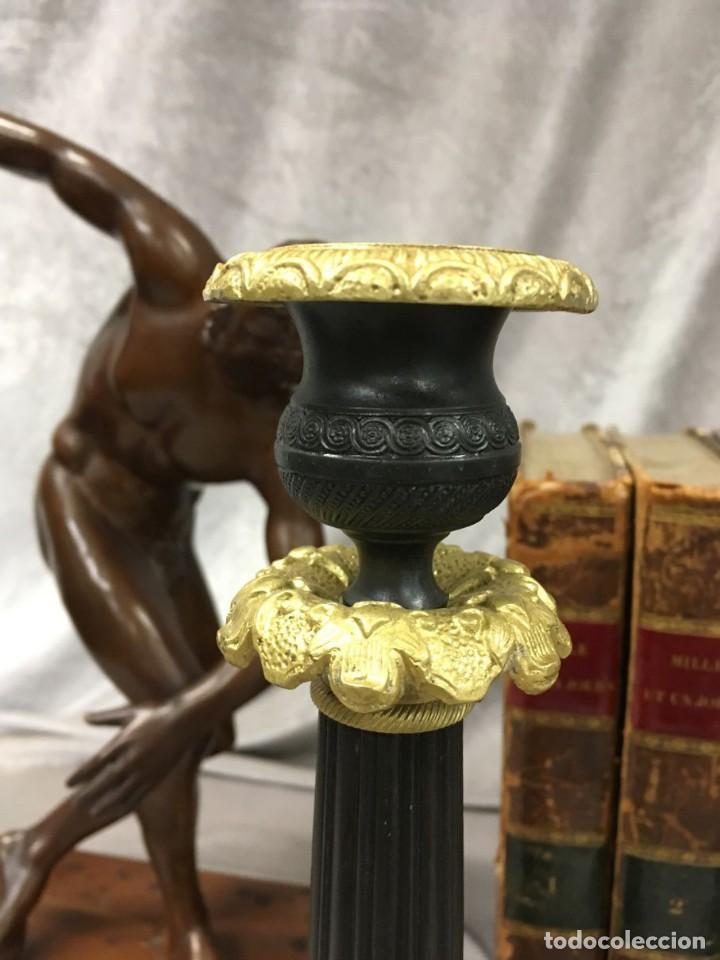 Antigüedades: Pareja de candeleros de bronce dorado y pavonado S. XIX Francia 26 cm - Foto 12 - 147549046