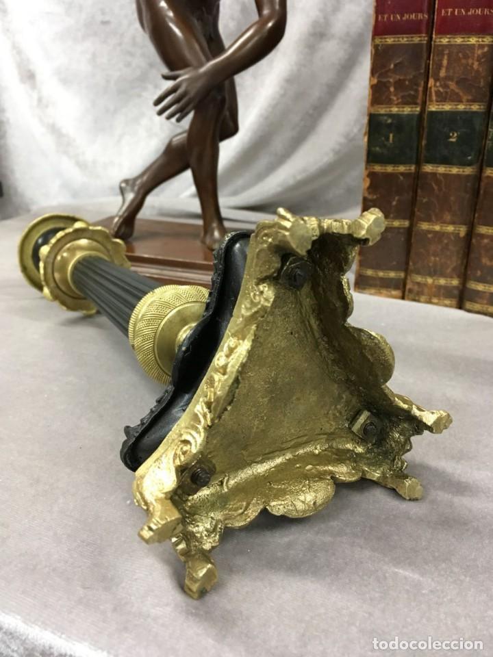 Antigüedades: Pareja de candeleros de bronce dorado y pavonado S. XIX Francia 26 cm - Foto 15 - 147549046