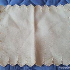 Antigüedades: == CH15 - PEQUEÑO TAPETITO BORDADO A MANO - 22 X 28 CM.. Lote 147613770