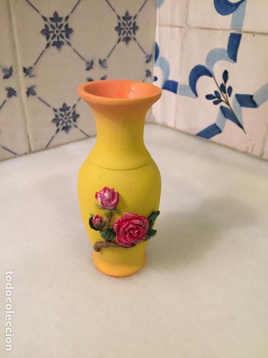 ANTIGUO PEQUEÑO JARRÓN / FLORERO DE PORCELANA CON FLORES AÑOS 70-80 (Antigüedades - Hogar y Decoración - Floreros Antiguos)