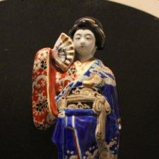 Antigüedades: FIGURA GEISHA DE PORCELANA. Lote 147631666
