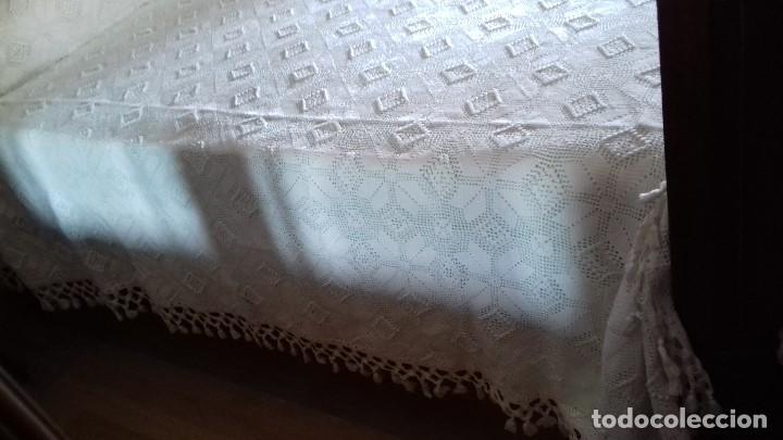 Antigüedades: ANTIGUA, GRANDE Y EXCELENTE COLCHA DE CROCHET HECHA A MANO CON HILO DE PERLÉ. SIN ESTRENAR. BLANCA. - Foto 12 - 147637182