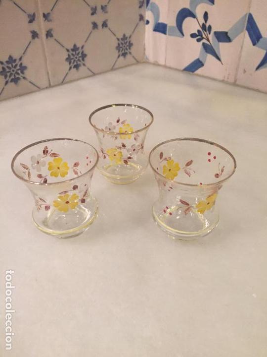 ANTIGUOS 3 VASO / VASOS DE CRISTAL SOPLADO A MANO CON DIBUJO DE FLORES CHUPITO DE LOS AÑOS 50-60 (Antigüedades - Hogar y Decoración - Copas Antiguas)
