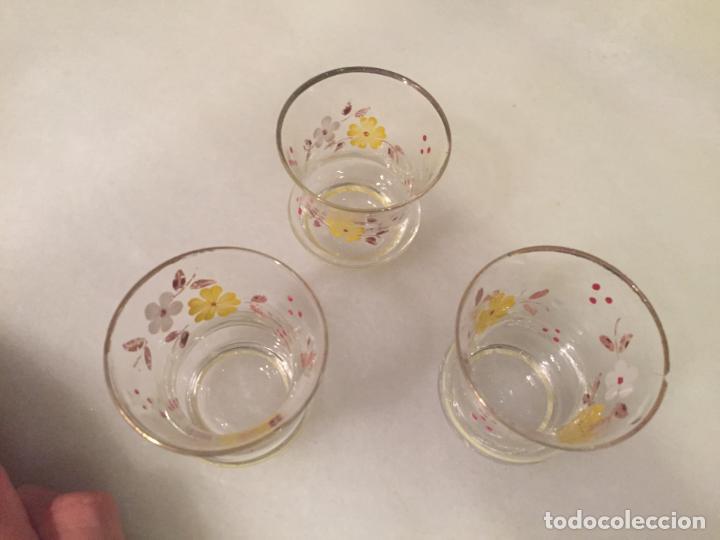 Antigüedades: Antiguos 3 vaso / vasos de cristal soplado a mano con dibujo de flores chupito de los años 50-60 - Foto 3 - 147637258