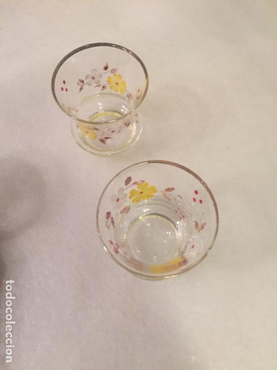 Antigüedades: Antiguos 3 vaso / vasos de cristal soplado a mano con dibujo de flores chupito de los años 50-60 - Foto 8 - 147637258