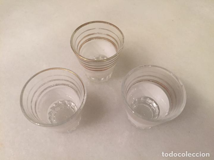 Antigüedades: Antiguos 3 vaso / vasos de cristal prensado con dibujo dorado de chupito de los años 50-60 - Foto 2 - 147638102