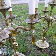 Antigüedades: PRECIOSA PAREJA DE CANDELABROS EN BRONCE ELECTRIFICADOS CON 4 BRAZOS CON LÁGRIMAS- 40CM.. Lote 147644394