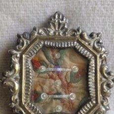 Antigüedades: RELICARIO CHAPA PLATEADO RELIQUIA JESÚS GRAN PODER Y VIRGEN MACARENA ( SEVILLA ) FONDO BORDADO SEDA. Lote 147653766