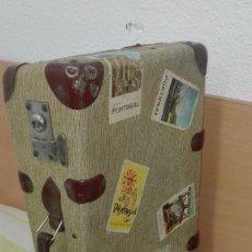 Antigüedades: PRECIOSA MALETA MADERA-CARTÓN.AÑOS 50.CON LLAVE. Lote 147660390