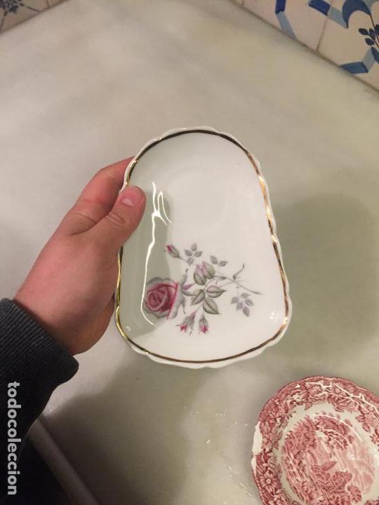 Antigüedades: Antiguo plato / badeja para poner taza de porcelana blanca con dibujo floral años 40-50 - Foto 5 - 147702662