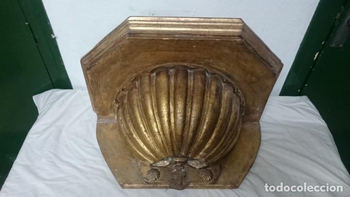 Antigüedades: Antigua ménsula, repisa, columna, pedestal de madera tallada y dorada. Siglo XIX. 61x39x32 - Foto 3 - 147715234