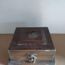 Antigüedades: RARA Y ANTIGUA CAJA DE MADERA CON UN TABLERO EN SU INTERIOR, PARECE PARA BOTELLAS DE VINO. Lote 147717938