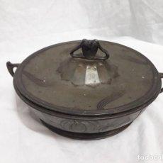 Antigüedades: PRECIOSA ANTIGUA OLLA BANDEJA CON TAPA DE HIERRO ORIVIT 2128 AÑOS 50. Lote 147721698