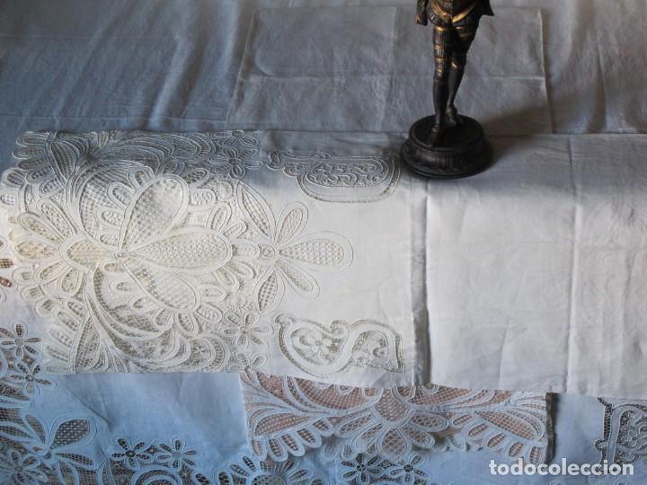 Antigüedades: MUY IMPORTANTE JUEGO DE SÁBANA DE HILO SIN ESTRENAR. BORDADO CON ENCAJE DE VENECIA. SIGLO XIX - Foto 8 - 147759386