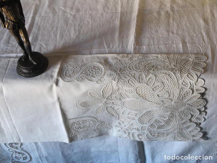 Antigüedades: MUY IMPORTANTE JUEGO DE SÁBANA DE HILO SIN ESTRENAR. BORDADO CON ENCAJE DE VENECIA. SIGLO XIX - Foto 9 - 147759386
