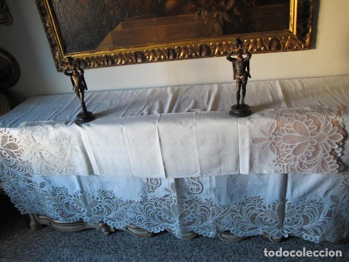 Antigüedades: MUY IMPORTANTE JUEGO DE SÁBANA DE HILO SIN ESTRENAR. BORDADO CON ENCAJE DE VENECIA. SIGLO XIX - Foto 10 - 147759386