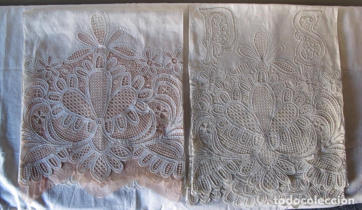 Antigüedades: MUY IMPORTANTE JUEGO DE SÁBANA DE HILO SIN ESTRENAR. BORDADO CON ENCAJE DE VENECIA. SIGLO XIX - Foto 15 - 147759386