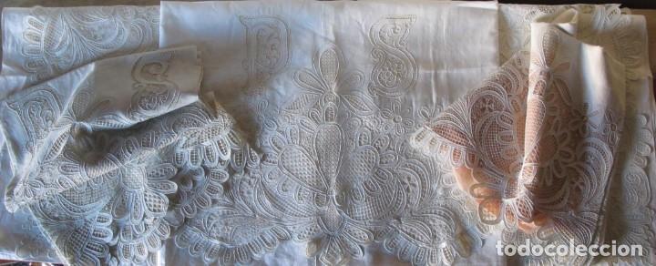 Antigüedades: MUY IMPORTANTE JUEGO DE SÁBANA DE HILO SIN ESTRENAR. BORDADO CON ENCAJE DE VENECIA. SIGLO XIX - Foto 20 - 147759386