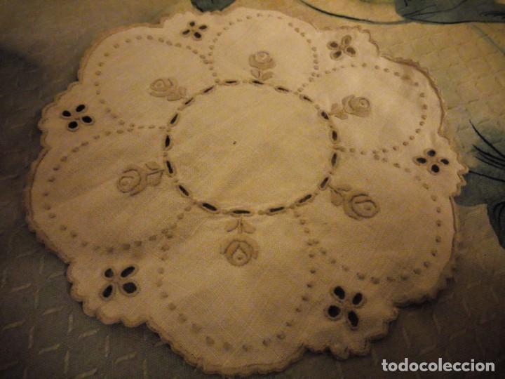 Antigüedades: Antiguo tapete de lino bordado a mano. - Foto 2 - 147766746
