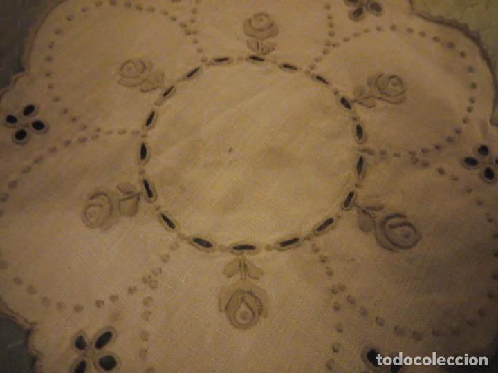 Antigüedades: Antiguo tapete de lino bordado a mano. - Foto 3 - 147766746