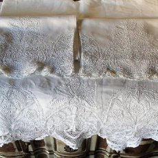 Antigüedades: JUEGO DE SÁBANAS DE HILO, DE MATRIMONIO, CON ENCAJE VENECIANO, SIGLO XIX.. Lote 147770458