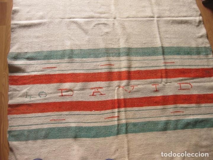 Antigüedades: ANTIGUA MANTA ESPAÑOLA DE TELAR TEJIDA Y BORDADA CON EL NOMBRE DE DAVID - Foto 9 - 147771126