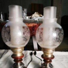 Antigüedades: PAREJA DE LAMPARAS QUINQUE PARA MESILLA EN ALPACA. AÑOS 60. . Lote 147789242