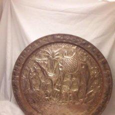 Antigüedades: PRECIOSA GRAN BANDEJA ÁRABE DE LATÓN REPUJADO CON CAMELLOS 48CM. Lote 147792086