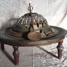 Antigüedades: ANTIGUO BRASERO DE BRONCE DE ALTA ALCURNIA, PPIOS S. XX, 5 PATAS DE MADERA TORNEADA, MUY ORNAMENTADO. Lote 147815514