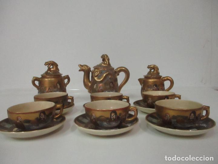 ANTIGUO JUEGO DE CAFÉ - PORCELANA ORIENTAL - DORADA Y CON PERSONAJES - SELLO EN LA BASE (Antigüedades - Porcelanas y Cerámicas - China)