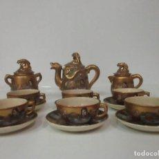 Antigüedades: ANTIGUO JUEGO DE CAFÉ - PORCELANA ORIENTAL - DORADA Y CON PERSONAJES - SELLO EN LA BASE. Lote 147829934