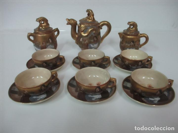 Antigüedades: Antiguo Juego de Café - Porcelana Oriental - Dorada y con Personajes - Sello en la Base - Foto 2 - 147829934