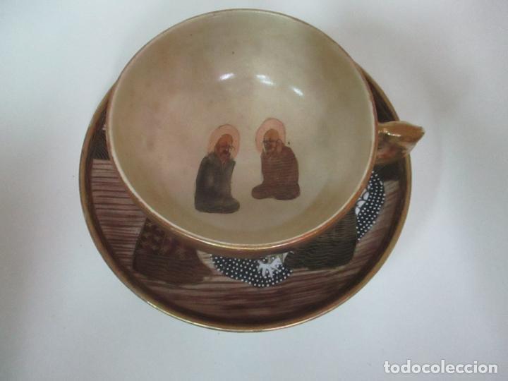 Antigüedades: Antiguo Juego de Café - Porcelana Oriental - Dorada y con Personajes - Sello en la Base - Foto 3 - 147829934