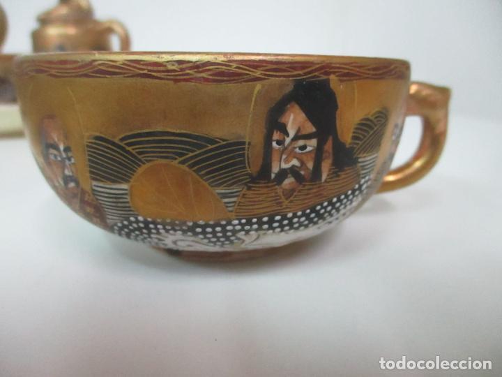 Antigüedades: Antiguo Juego de Café - Porcelana Oriental - Dorada y con Personajes - Sello en la Base - Foto 4 - 147829934