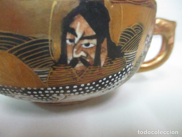 Antigüedades: Antiguo Juego de Café - Porcelana Oriental - Dorada y con Personajes - Sello en la Base - Foto 5 - 147829934