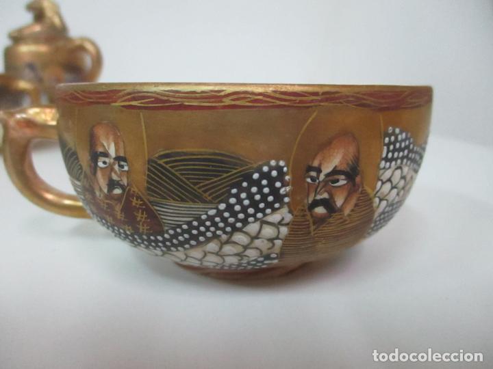 Antigüedades: Antiguo Juego de Café - Porcelana Oriental - Dorada y con Personajes - Sello en la Base - Foto 7 - 147829934