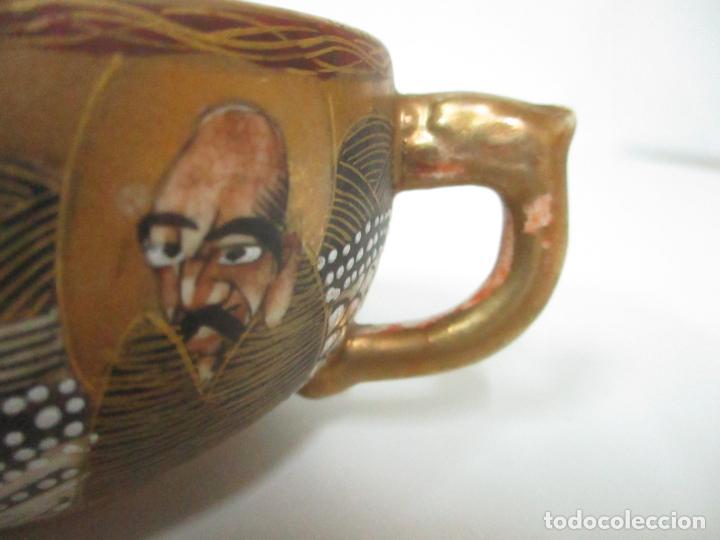 Antigüedades: Antiguo Juego de Café - Porcelana Oriental - Dorada y con Personajes - Sello en la Base - Foto 8 - 147829934