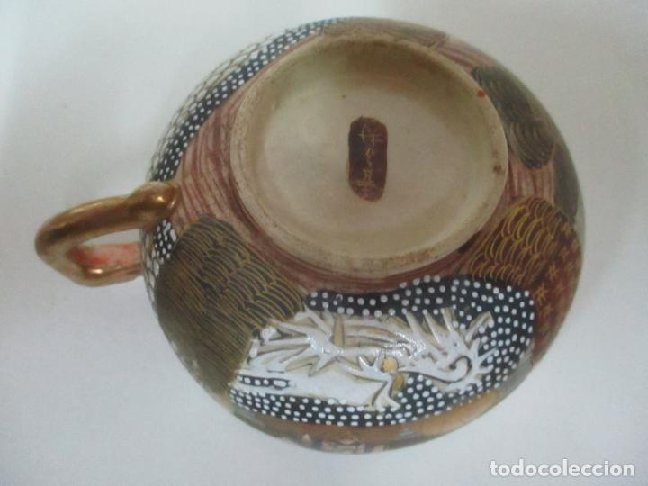 Antigüedades: Antiguo Juego de Café - Porcelana Oriental - Dorada y con Personajes - Sello en la Base - Foto 9 - 147829934