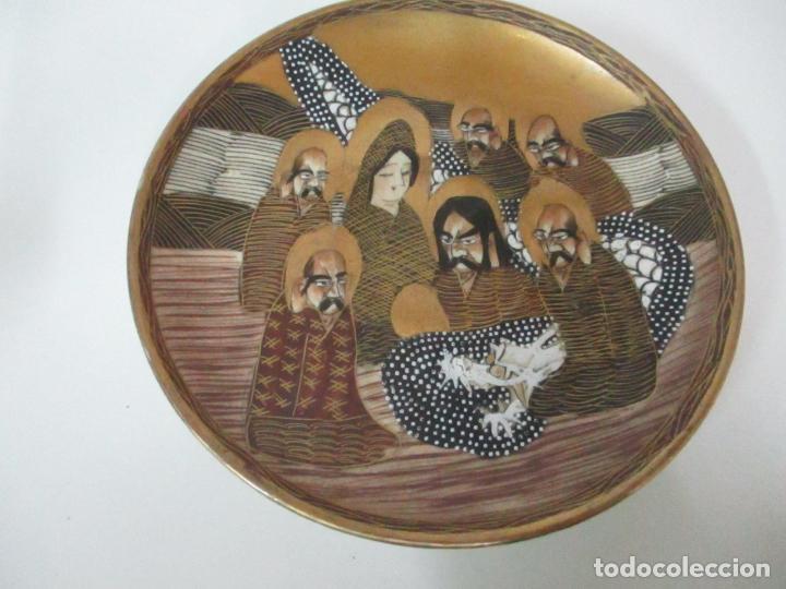 Antigüedades: Antiguo Juego de Café - Porcelana Oriental - Dorada y con Personajes - Sello en la Base - Foto 10 - 147829934